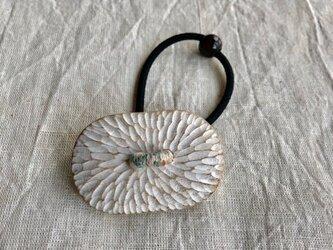 くすの木の白いヘアゴム(gom-10)の画像