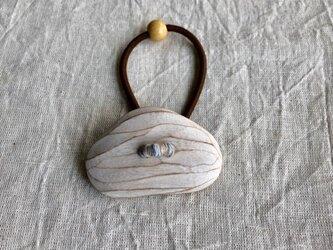 くすの木の白いヘアゴム(gom-15)の画像