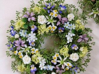 大きめ・ブルー系の優しい小花のリースD(35センチの画像