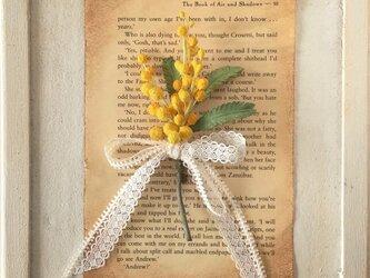 染め花のミモザのコサージュの画像