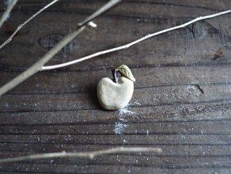 陶のリンゴブローチの画像