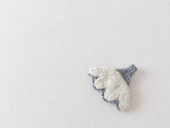 白とグレーのお花のブローチ(ニードルパンチブローチ)の画像