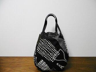 4枚はぎバッグ ふっくら 黒地花瓶柄の画像