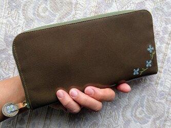 刺繍革財布『hana*hana』ラウンドファスナー型(ヤギ革)Olive×水色の画像