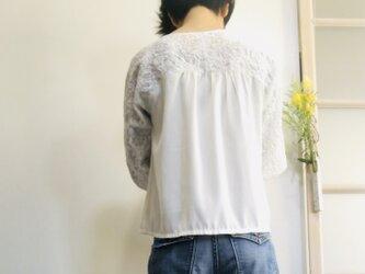 後ろ姿も可愛い 花柄刺繍のドルマンプルオーバー  白の画像
