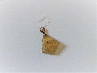 ピアス 木彫り 8面体 クロガキ 片耳の画像