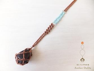 《石の入れ替え出来ます!》ヘンプで編んだフローライトのタンブル包みペンダント(ココア×水色)の画像