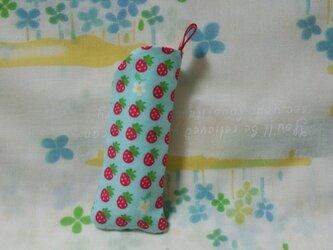 手縫い☆リップ・USB・印鑑フォルダー☆ストラップ付き☆並ぶ苺柄☆ターコイズ☆裏地付き☆プチギフトの画像