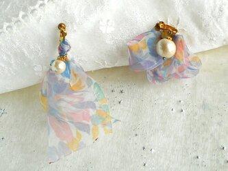 春色ピンク&ブルーの透ける花柄リボンとコットンパールのアシンメトリーイヤリングの画像