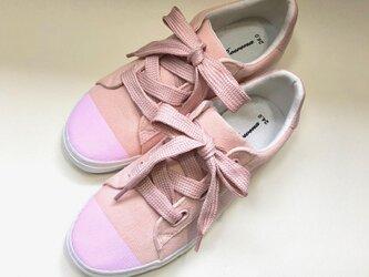 リボン風の太目な靴紐がポイント!桜パステルピンクのバイカラースニーカーの画像