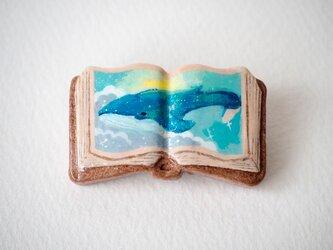 絵本みたいな陶土のブローチ《朝の空とクジラ》の画像