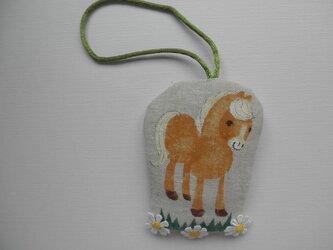 小さなビスケット色の馬の飾り dの画像
