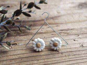 白い小花の耳飾り(ピアス/真鍮金具)の画像