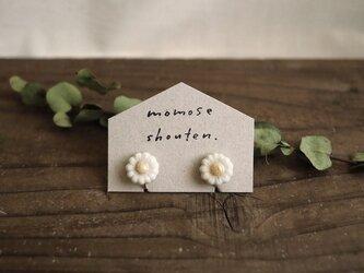 白い小花の耳飾り(イヤリング)の画像