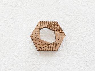 幾何学模様の六角形ウッドブローチの画像