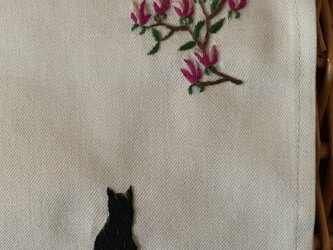 ハンカチ モクレンと黒猫の手刺しゅうの画像