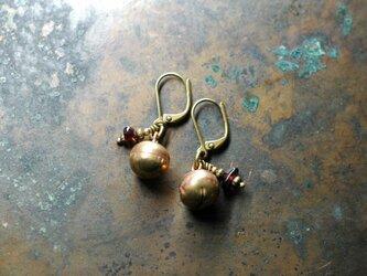タイの鈴とさざれガーネットの2粒ピアスの画像