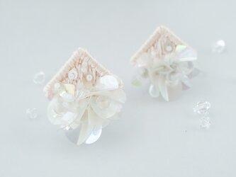 シルクとスパンコールのオーロラピアス(桜)の画像