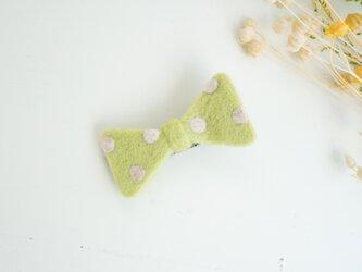 羊毛リボンのヘアクリップ〈ライトグリーンドット〉の画像