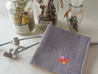 手刺繍入り4重ガーゼハンカチ「ビオラオレンジ」[受注制作]の画像