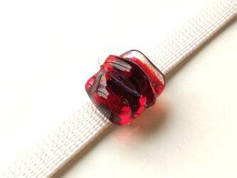 赤いガラス帯留の画像