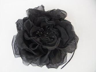 黒いバラの一輪コサージュの画像