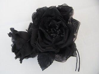 綿オーガンジーの黒いバラコサージュの画像