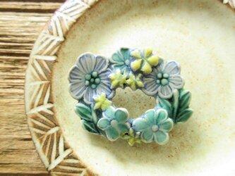 陶器で出来たリースブローチ(一点物)の画像