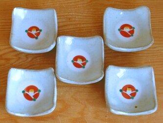 赤い椿の角豆皿の画像