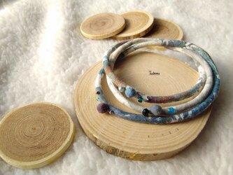 ふんわり優しい染め布3連ブレスレット 雨の木立色の画像