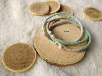ふんわり優しい染め布3連ブレスレット オフェーリア色の画像