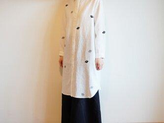 リネン・ロングシャツ白<椿>の画像