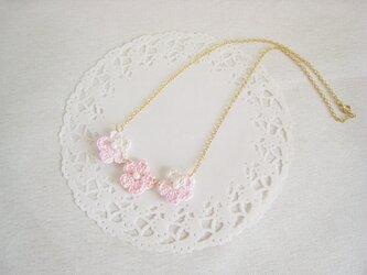 可愛いピンクのフラワーモチーフネックレス(ゴールド色チェーン)の画像