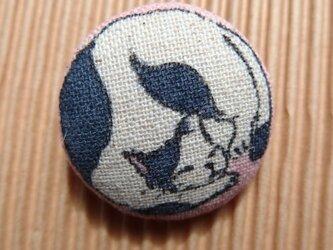 筒描き染めブローチ ねこ(もも色)の画像