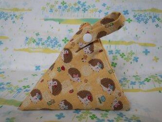【手縫い】テトラ型ポーチ☆スナップ付☆はりねずみ柄☆黄色☆辺16㎝☆ファスナー14㎝の画像