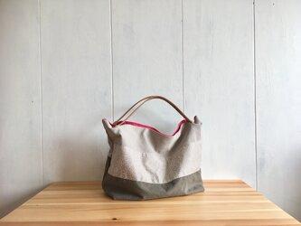 ヌメ革持ち手の鞄 グレイッシュカラーの画像