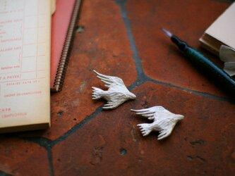 銀の鳥ブローチ「Petit Oiseau」白仕上げタイプの画像