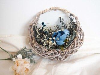春 夏 色 ▶︎新作 ロイヤルブルー ローズ 小さな 花摘み バスケット アレンジ リース ブーケの画像