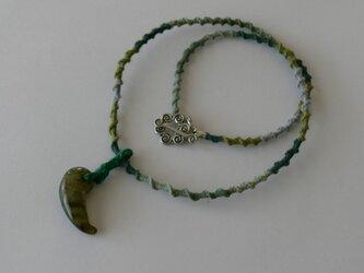 ラブラドライトのまがたま 麻編みのネックレスの画像