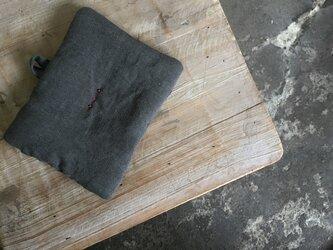 墨染めリネン 鍋つかみ 刺繍赤Aの画像