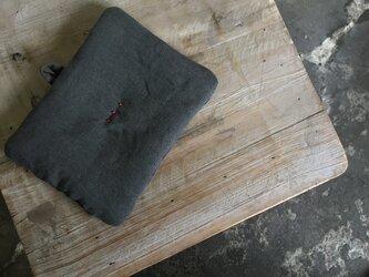 墨染めリネン 鍋つかみ 刺繍赤Bの画像