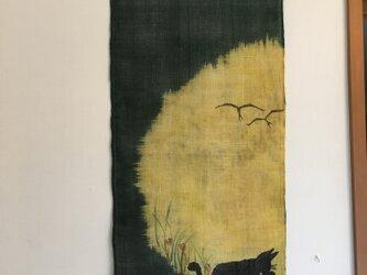 満月と毛繕いする猫のタペストリーの画像