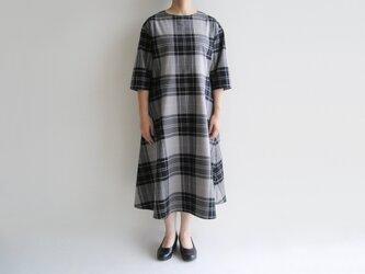 播州織コットン*ゆったりシルエットのシンプルなフレアワンピース(黒×グレー・チェック)の画像