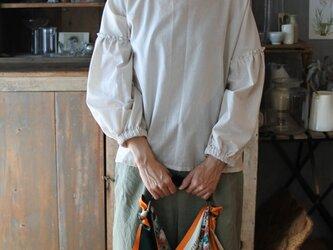 リネンギャザーフリル袖ブラウス ベージュの画像