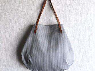 ヒッコリーと極厚オイルヌメの丸型トートバッグ【サックス】の画像