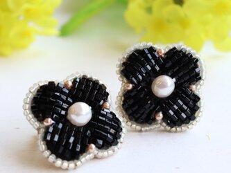 スタイリッシュなパール×ブラックのお花、オートクチュール刺繍のイヤリング、ニナの画像
