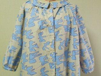 小さいショールカラーのブラウス 着丈66cm L~LLサイズ ベージュ地×水色鳥柄の画像