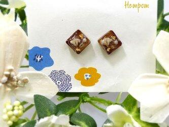 19p008 ・白いお花の四角い1粒ピアス ホムポムの画像