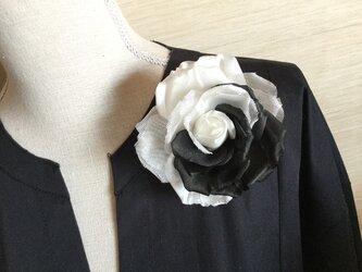 白と黒の薔薇の画像