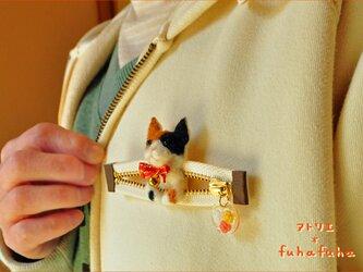 ファスナーから三毛猫♪羊毛マスコットブローチの画像